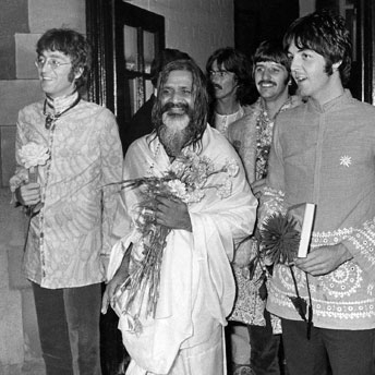 Maharishi witht he Beatles. Right Paul McCartney. Source www.bienfaits-meditation.com